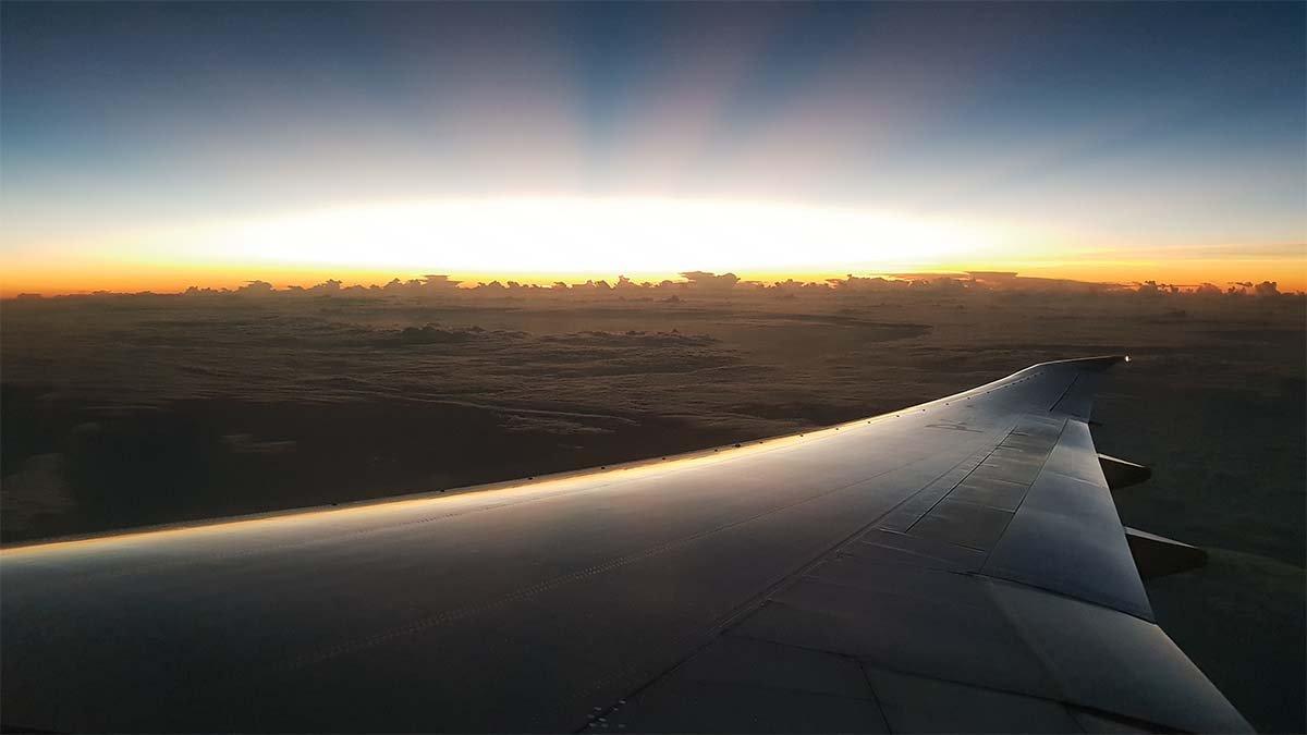 perjalanan ke jepang, menikmati mentari pagi di pesawat