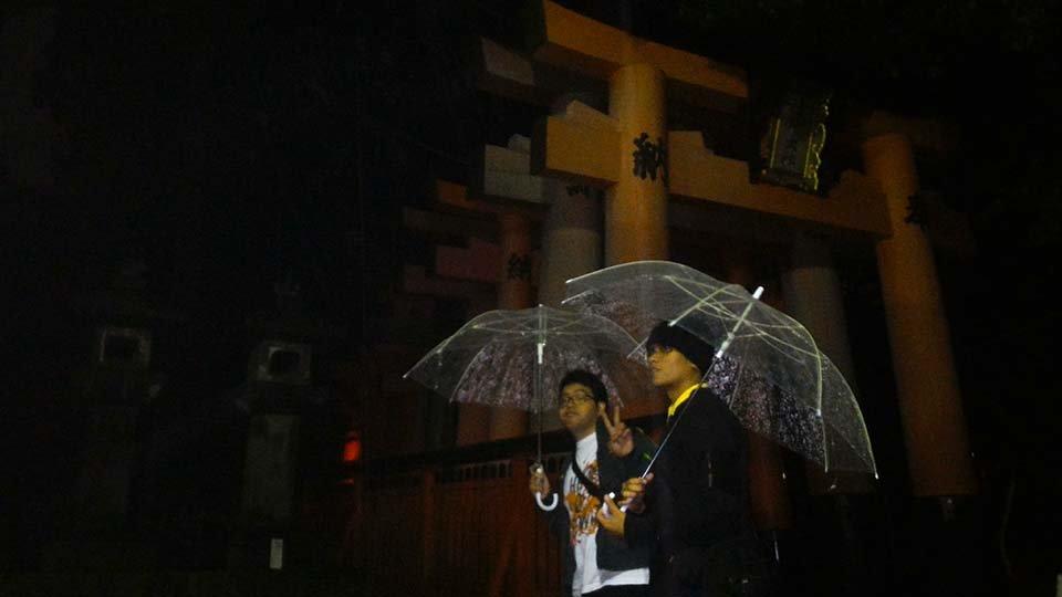 Seribu gapura di Fushimi Inari di malam hari.